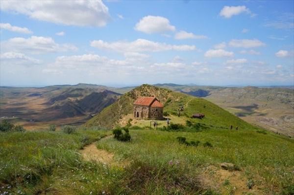 Граница с Азербайджаном проходит по хребту