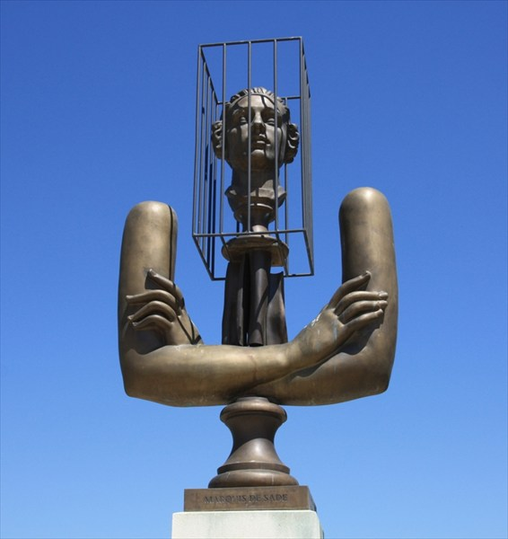 Памятник маркизу де Сад у замка Ла Коста